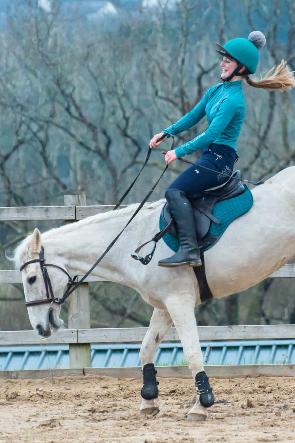 Tighten the horse's neck muscles